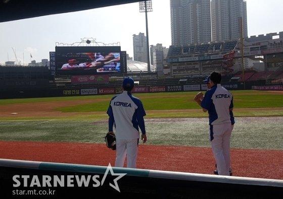 한국과 중국 경기를 지켜보는 프리미어12 대표팀 선수단. /사진=박수진 기자