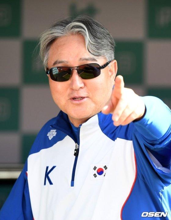 훈련을 지켜보는 김경문 감독.