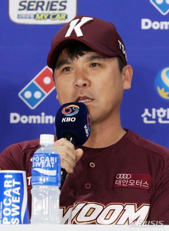 장정석 키움 감독이 21일 잠실구장에서 열린 한국시리즈 미디어데이에 참석해 취재진 질문에 답하고 있다. /사진=뉴시스