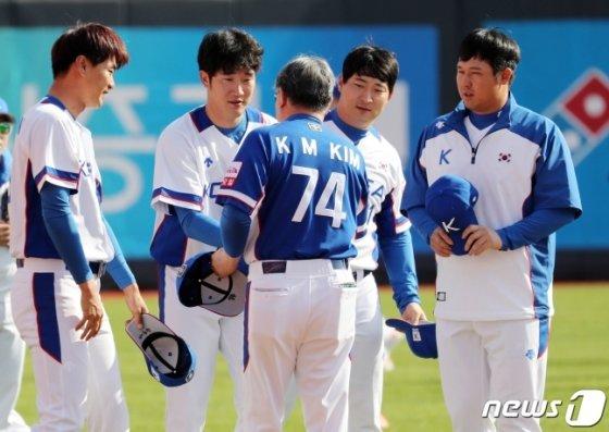 첫 훈련에 참가하는 SK 선수들과 악수하는 김경문 감독(가운데). /사진=뉴스1