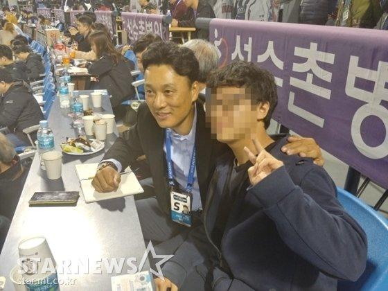 자신을 찾아온 팬과 사진을 찍고 있는 이승엽. /사진=김동영 기자