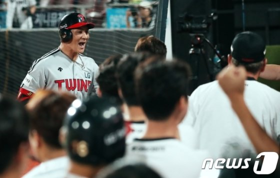 LG 오지환(왼쪽)의 파이팅 넘치는 모습. /사진=뉴스1