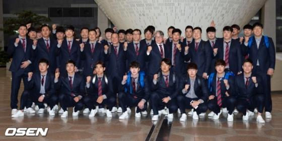 일본 출국에 앞서 포즈를 취한 야구 대표팀.