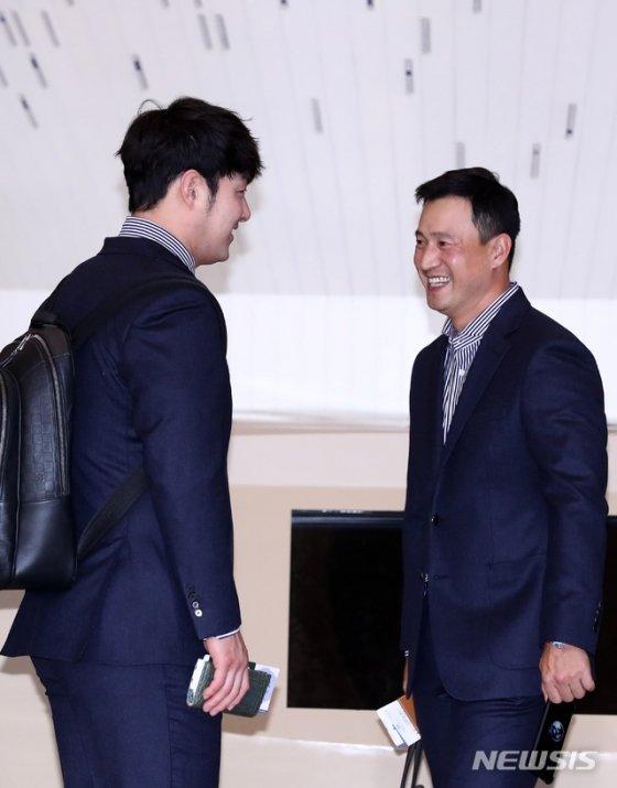 야구 대표팀 박병호(왼쪽)와 김재현 타격코치. /사진=뉴시스