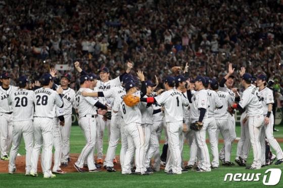 17일 제2회 프리미어12 대회서 우승을 차지한 일본 야구 대표팀. /사진=뉴스1
