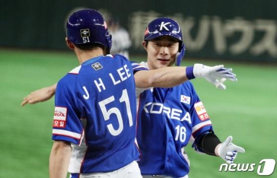 17일 일본전서 김하성(오른쪽)의 투런 홈런 이후 이정후(왼쪽)이 함께 기뻐하고 있다. /사진=뉴스1