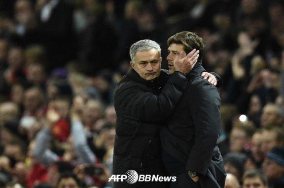 지난 2016년, 당시 맨체스터 유나이티드 감독이었던 무리뉴(왼쪽)가 포체티노 토트넘 감독을 안아주고 있다. /AFPBBNews=뉴스1