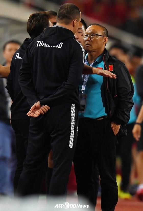19일 경기 후 박항서 감독(오른쪽)과 토디치(왼쪽) 태국 대표팀 골키퍼 코치가 일촉즉발의 상황을 연출하고 있다. /AFPBBNews=뉴스1