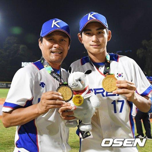 지난해 자카르타-팔렘방 아시안게임 야구 결승전에서 일본을 3-0으로 꺾고 우승을 차지한 뒤 이종범 대표팀 코치와 이정후가 금메달을 목에 걸고 포즈를 취하고 있다.