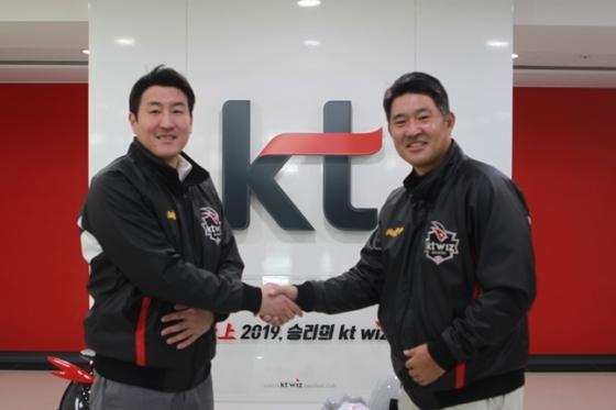 유한준(왼쪽)과 이숭용 KT 단장.  /사진=KT 위즈