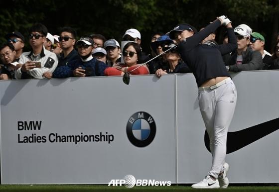 지난 10월 부산에서 열린 LPGA BMW 레이디스 챔피언십서 고진영이 티샷을 하고 있다./AFPBBNews=뉴스1