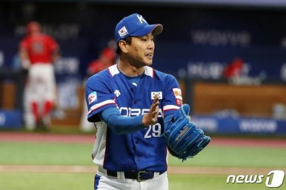 지난 7일 캐나다전에 선발 등판한 김광현이 더그아웃으로 들어오고 있다. /사진=뉴스1