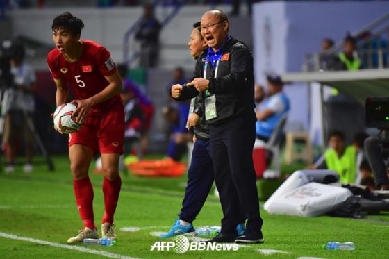 선수들에게 지시하는 박항서 베트남 감독./AFPBBNews=뉴스1