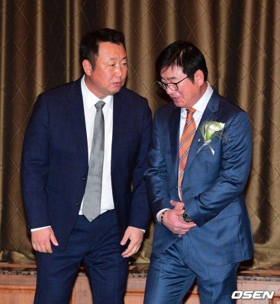 LG 차명석(왼쪽) 단장과 류중일 감독이 5일 열린 \'2019 스포츠서울 올해의 상\' 시상식에서 이야기를 하고 있다.  /사진=OSEN