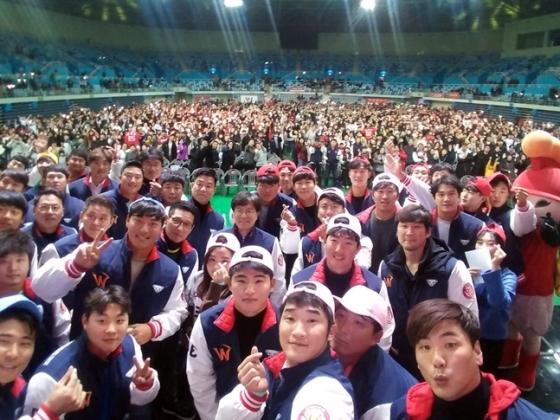 SK 선수단과 팬들이 땡큐페스티벌에서 셀카를 찍고 있다./사진=SK 와이번스