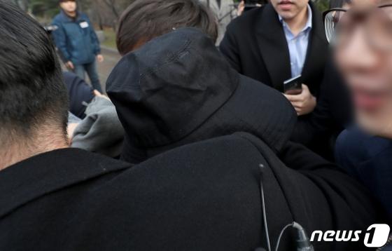 해외에서의 대마 흡연 및 마약 소지 혐의로 기소된 홍정욱 전 한나라당(자유한국당 전신)의원의 딸 홍씨가 10일 오후 인천지법에서 선고를 받은 후 법정을 나서고 있다.  /사진=뉴스1