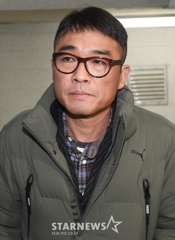 유흥업소 여종업원 성폭행 혐의를 받고 있는 가수 김건모가 15일 오전 서울 강남경찰서에 피고소인 조사를 받기 위해 출석하고 있다./사진=강민석 기자 msphoto94@