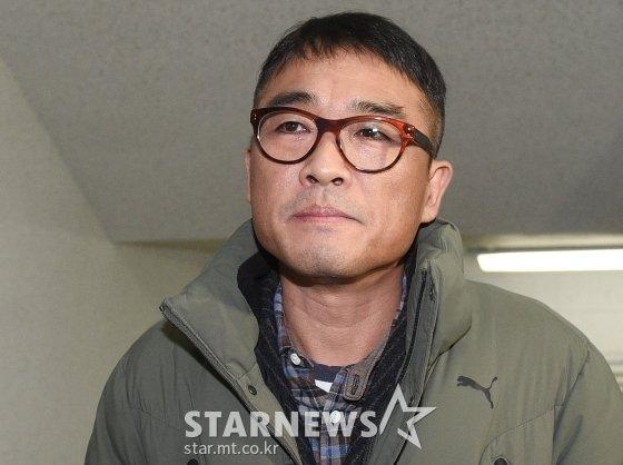 유흥업소 여종업원 성폭행 혐의를 받고 있는 가수 김건모가 15일 오전 서울 강남경찰서에 피고소인 조사를 받기 위해 출석하고 있다. / 사진=강민석 기자 msphoto94@