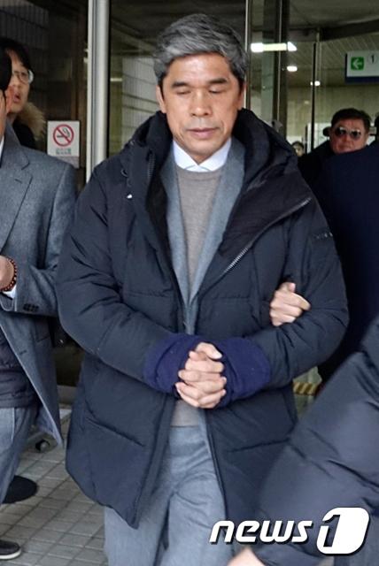 강제 추행과 횡령 의혹을 받고 있는 정종선 전 고교축구연맹 회장이 17일 오전 서울중앙지법에 2번째 구속 전 피의자 심문(영장실질심사)를 받은뒤 청사를 빠져나오고 있다. /사진=뉴스1