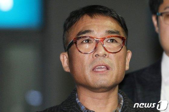 유흥업소 성폭행 혐의를 받고 있는 가수 김건모가 지난 15일 오후 서울 강남경찰서에서 피고소인 조사를 마치고 입장을 발표하고 있다. /사진=뉴스1