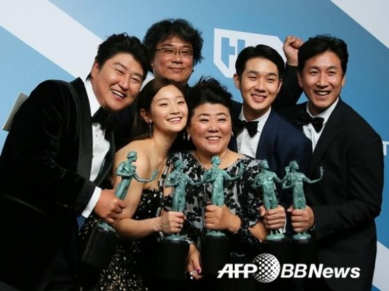 송강호 등 '기생충' 배우들이 한국영화 사상 최초로 미국배우조합시상식에서 최고상격인 앙상블상을 수상했다./AFPBBNews=뉴스1