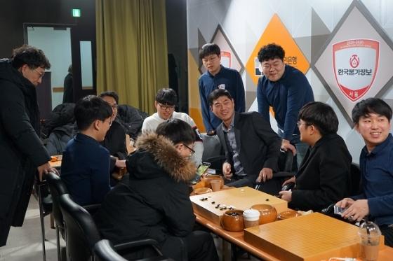한국물가정보 선수단이 23일 정규리그 우승을 확정하고 기뻐하고 있다. /사진=한국기원