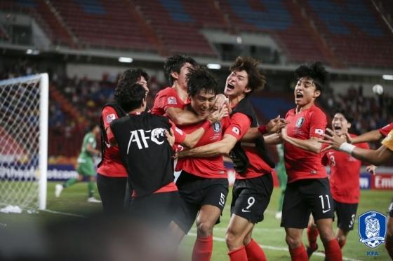 정태욱의 결승골이 터지자 한국 동료들이 기뻐하고 있다. /사진=대한축구협회 제공