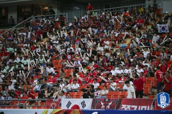 라자망갈라 스타디움에서 한국을 응원하는 교민들. /사진=대한축구협회 제공