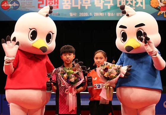 권혁(왼쪽에서 두 번째), 정예인(왼쪽에서 세 번째). /사진=부산 세계탁구선수권대회 조직위원회 제공