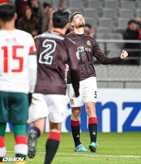 오스마르(오른쪽)가 프리킥 골을 넣고 기뻐하고 있다. /사진=OSEN