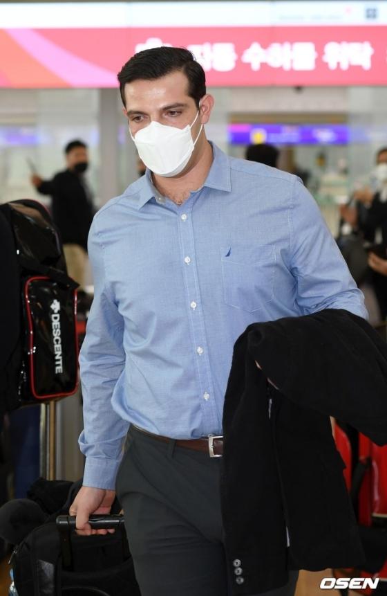 마스크를 쓰고 있는 LG 라모스.