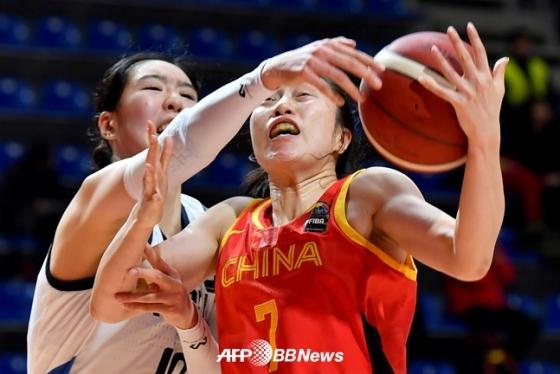 한국 여자 농구 대표팀 박지수(왼쪽)가 공을 빼앗기 위해 팔을 뻗고 있다./AFPBBNews=뉴스1