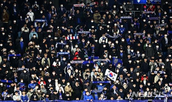 응원하는 수원 팬들. /사진=뉴시스