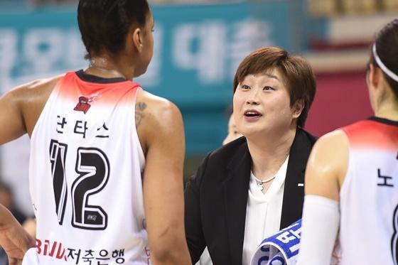 다미리스 단타스(왼쪽)와 유영주 감독(가운데). /사진=WKBL
