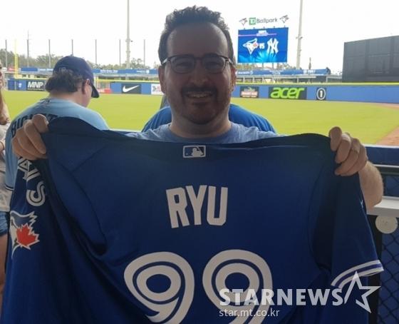 토론토 팬 아담이 입고 있던 류현진 유니폼을 벗어 들어 보이고 있다. /사진=박수진 기자