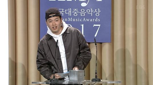 래퍼 이센스가 제14회 한국대중음악상 시상식에 시상자로 나서는 모습. /사진=제14회 한국대중음악상 시상식 방송화면
