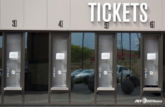텍사스 레인저스의 홈 구장인 글로브 라이프 파크의 매표소가 굳게 닫혀있다. /AFPBBNews=뉴스1