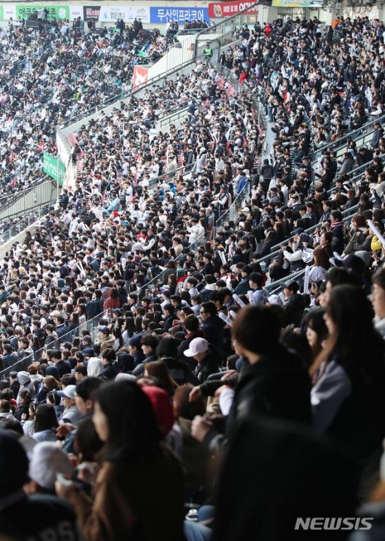 지난해 3월 23일 서울 잠실야구장에서 열린 2019 KBO 리그 개막전 두산 베어스와 한화 이글스의 경기 모습. 경기장에 운집한 야구팬들이 열띤 응원전을 펼치고 있다. /사진=뉴시스