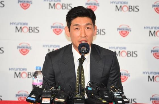공식 은퇴를 선언하고 기자회견에 나선 양동근. /사진=KBL 제공