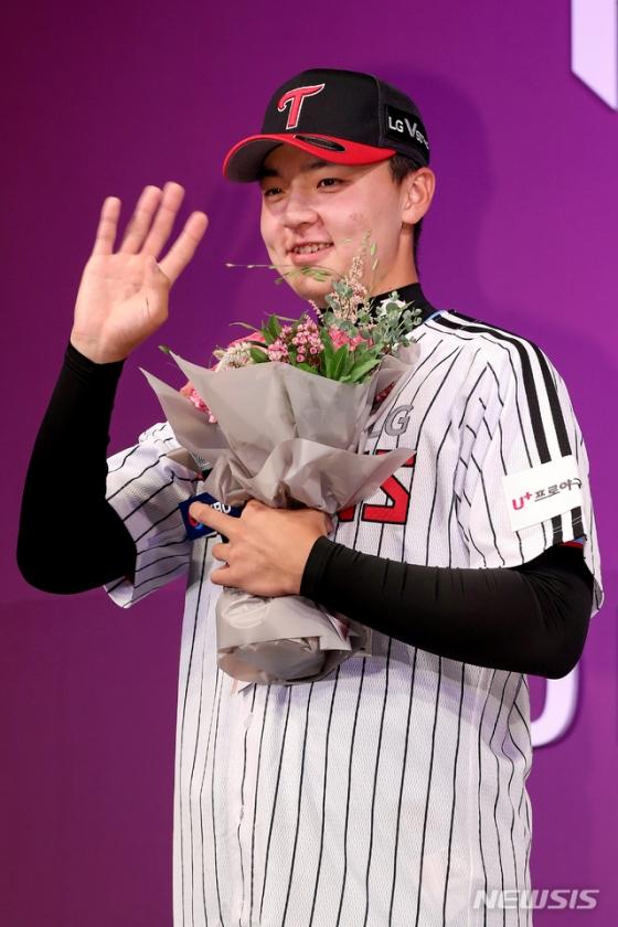 지난해 8월 26일 서울 중구 웨스틴 조선호텔 서울에서 열린 2020 KBO 신인 드래프트에서 이민호(휘문고)가 안녕 세리머니를 하고 있다. /사진=뉴시스