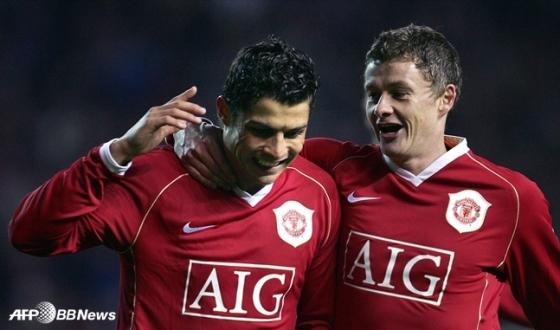 2006~2007시즌 당시 맨유에서 함께 뛰었던 크리스티아누 호날두(왼쪽)와 올레 군나르 솔샤르 현 감독. /AFPBBNews=뉴스1