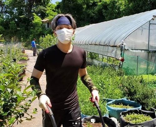 농촌 봉사 활동 중인 김재중
