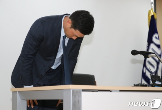 오승환이 지난해 8월 10일 대구삼성라이온즈파크에서 열린 복귀 기자회견에 참석, 허리를 굽힌 채 팬들에게 사과 인사를 하고 있다. /사진=뉴스1