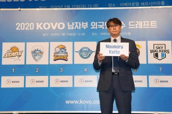 이상렬 KB손해보험 감독이 5월 15일 오후 서울 강남구 리베라호텔에서 열린 2020 KOVO 남자부 외국인선수 드래프트 행사에서 노우모리 케이타 선수를 지명하고 있다./사진=KOVO