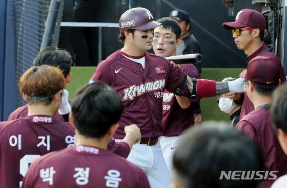 박병호(가운데)가 지난 5일 열린 수원 KT전서 개인 통산 300번째 홈런을 친 뒤 세리머니를 하고 있다. /사진=뉴시스
