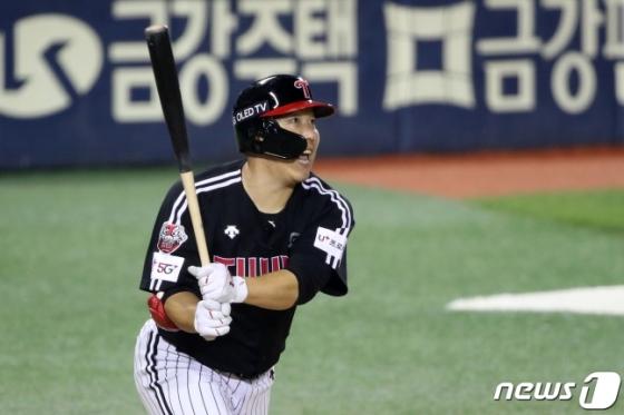 8일 두산전에서 LG 김현수가 9회초 투런 홈런을 터뜨리는 모습. 이날 경기 두 번째 대포였다. /사진=뉴스1