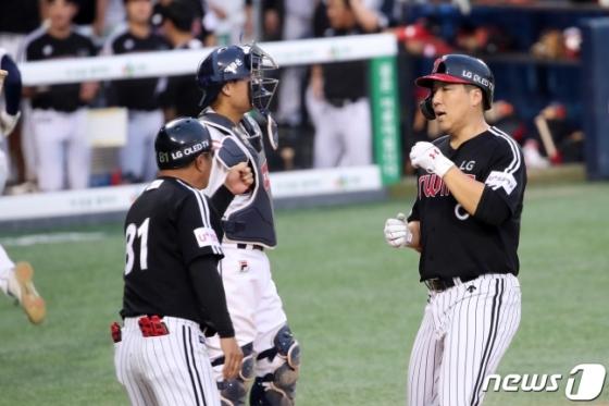 8일 두산전에서 멀티 홈런을 터뜨리며 팀 승리를 이끈 김현수(오른쪽). 9일 두산전에서는 무안타로 침묵했다. /사진=뉴스1