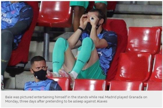 베일이 관중석에서 쌍안경으로 경기를 보는듯한 시늉을 하고 있다. /사진=BBC 캡처