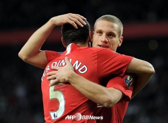 퍼디난드와 포옹하는 비디치(오른쪽)./AFPBBNews=뉴스1