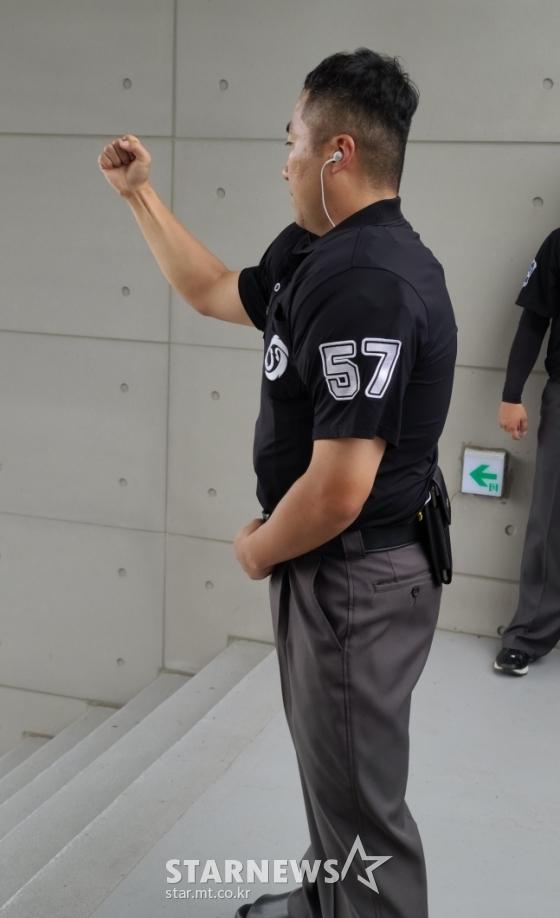 이어폰을 꽂은 KBO 정은재 심판위원. /사진=김우종 기자